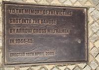 Памятная табличка рядом с туфлями на набережной Дуная