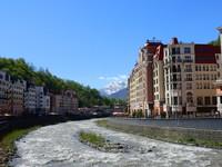 Снежные вершины гор в апреле на Розе Хутор