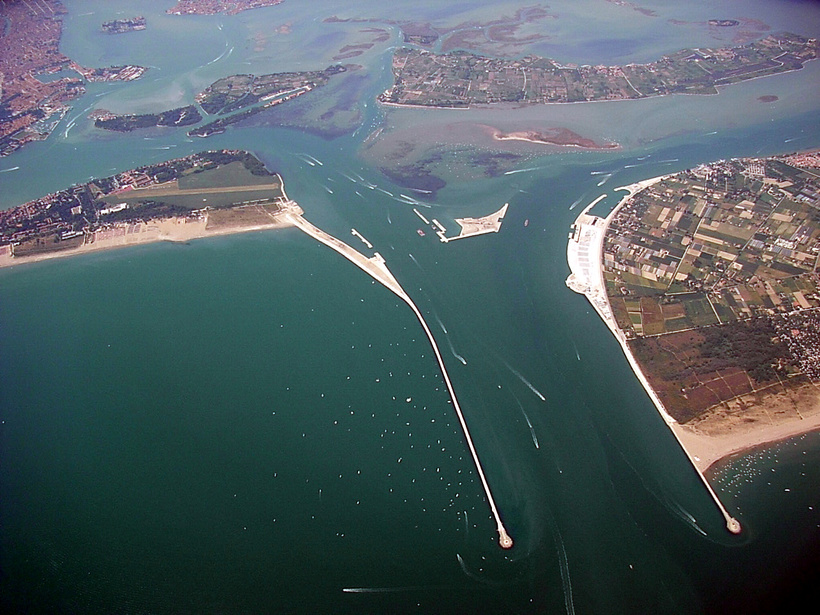 https://s2.travelask.ru/system/images/files/001/061/141/wysiwyg/MOSE_Project_Venice_from_the_air.jpg?1522421258