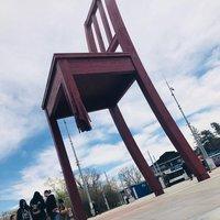 Памятник сломанному стулу