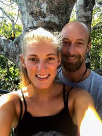 Пара потратила 25000 долларов на превращение старого трака в мобильный дом