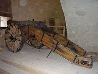 Одна из старинных пушек, размещенных в крепости