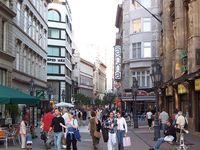 Улицу Ваци иногда называют будапештским Арбатом