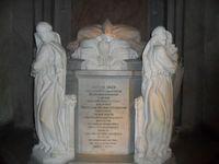 Статуи у одного из надгробий