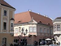 Красивый дом на углу площади