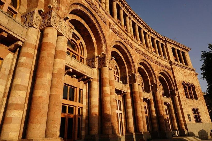 можно красивые дома фото сделана из армянского туфа спортивного
