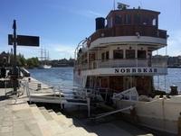 Стандартный речной трамвай на канале Стокгольма