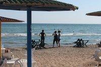 Главное отличие платных бакинских пляжей - зонтики!