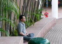 Отдыхающий в июньском парке Коулун, Гонконг.