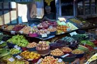 Ассортимент стандартного лотка на Ереванском рынке в августе.