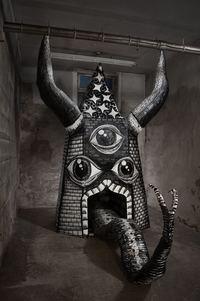 Британский художник превратил заброшенную фабрику в мавзолей гигантов