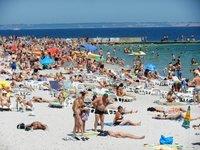 Вот так плотненько на пляжах...
