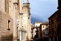 Осенняя улица в Испании солнечным днем