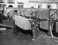 Любопытные фотографии о том, как делали пасту в начале прошлого века