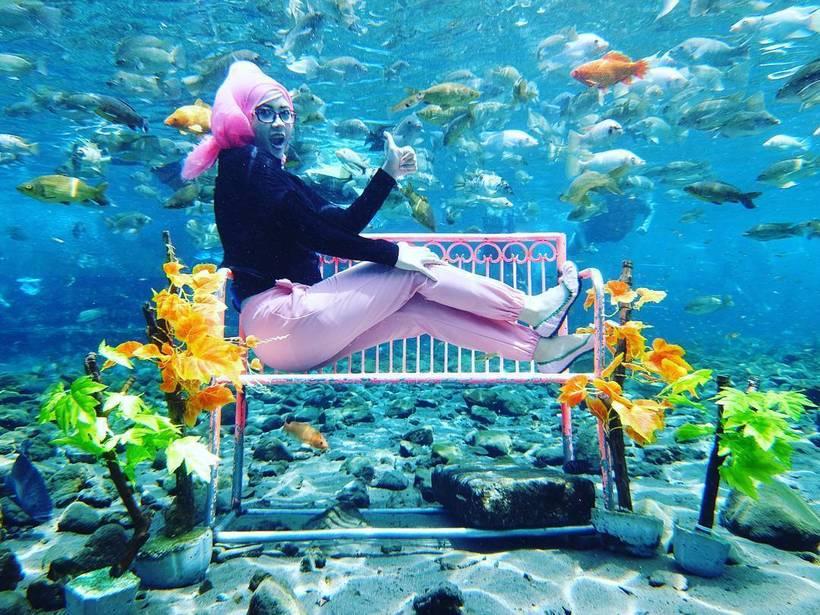 Грязный пруд, в котором раньше стирали белье, стал лучшим местом для подводного селфи