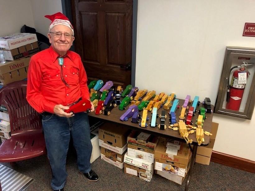 Мужчина уже 50 лет спасает Рождество детей, чьи родители не могут купить им подарки