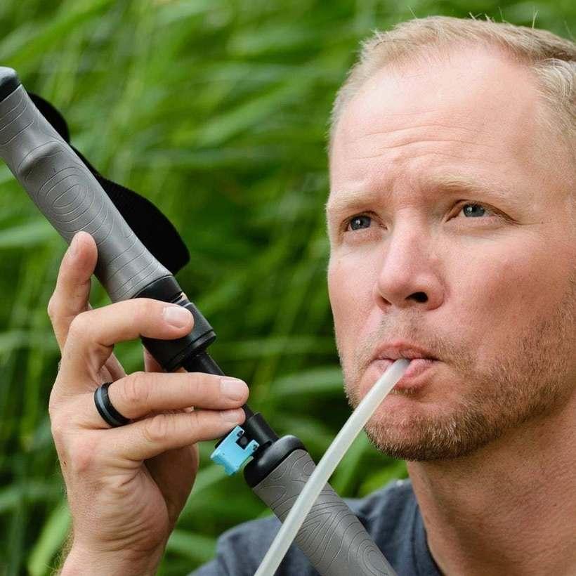 Инженер из США изобрел полезные трекинговые палочки, которые фильтруют воду