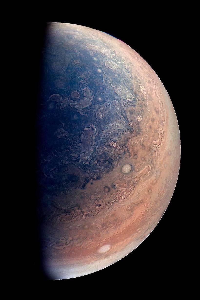 НАСА опубликовало потрясающие фото с вращающейся атмосферой Юпитера
