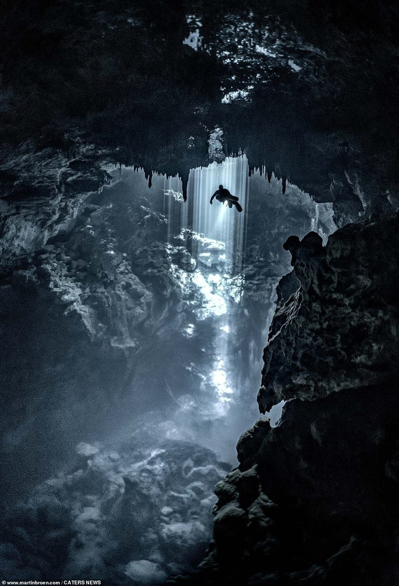 Дайвер погрузился в «царство мертвых» майя и сделал чарующие снимки подземных пещер