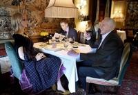Ресторан посадил за свои столы манекенов, и это выглядит как сцена из фильма ужасов