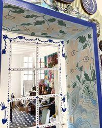 Французская художница расписала все стены своего жилья во время карантина