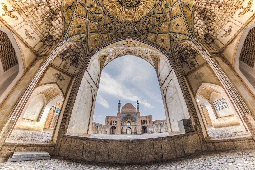 Ослепительные портреты замысловатых интерьеров иранских мечетей