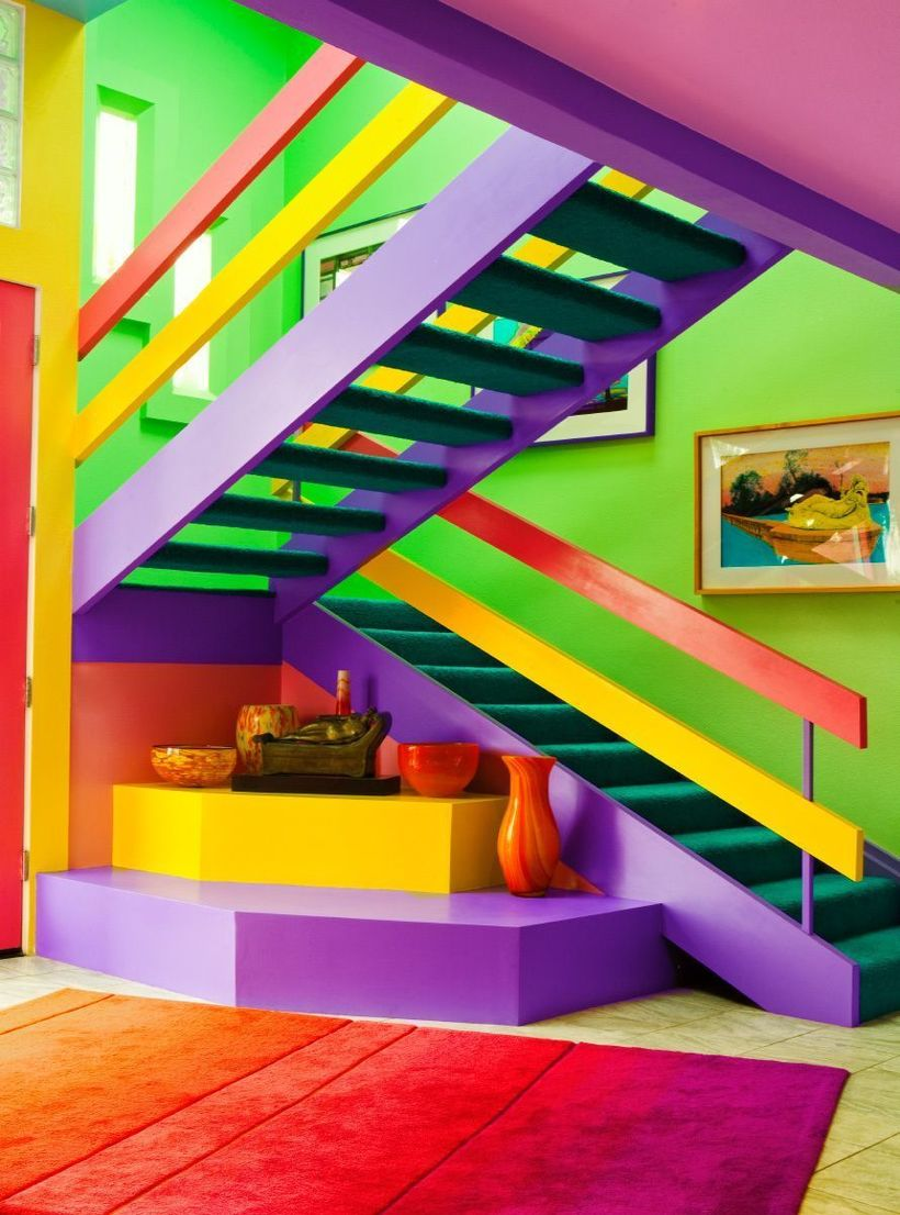 Художница выкрасила свой дом в яркие цвета, и теперь ее ненавидят соседи
