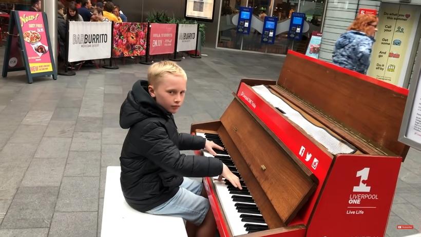 В торговом центре Ливерпуля 12-летний пианист исполнил хиты 90-х и собрал вокруг толпу