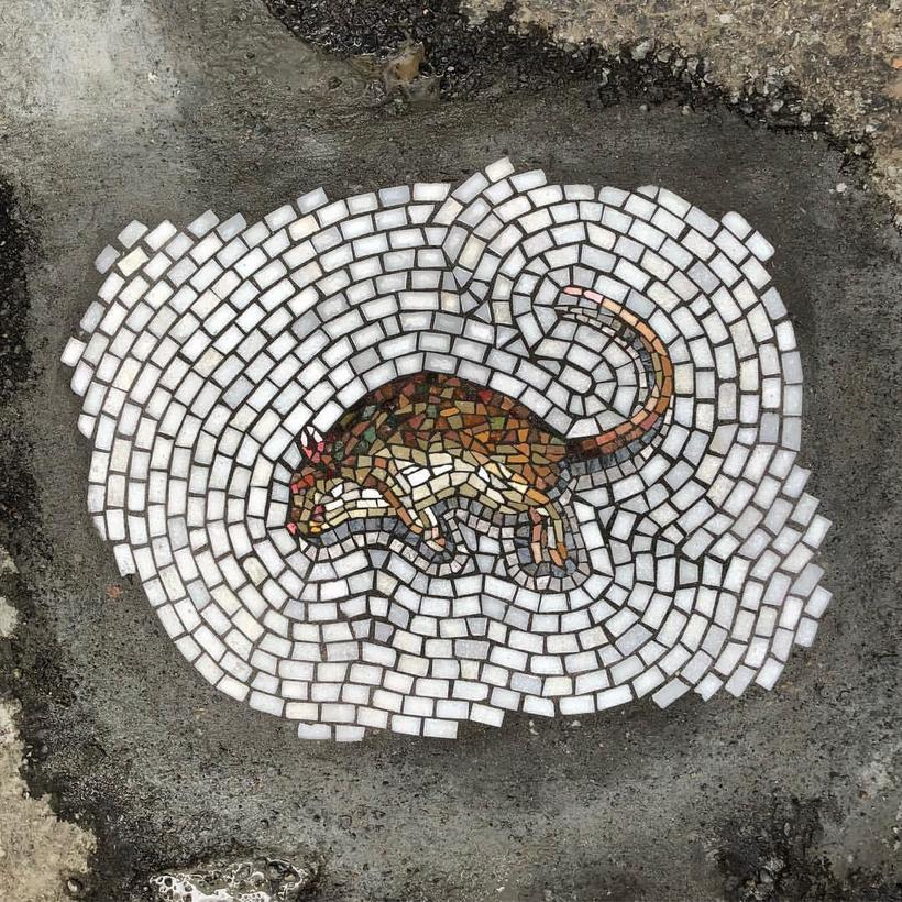 Художник из Чикаго заделывает дыры в асфальте, выкладывая картины из мозаики