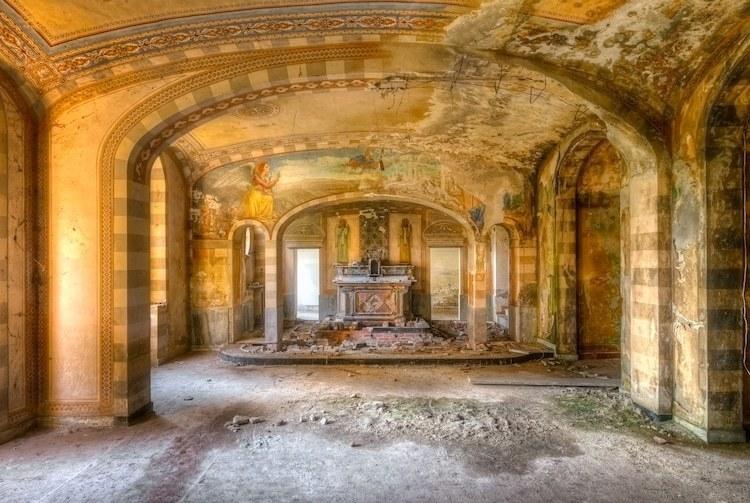 Фотограф делает изумительные снимки заброшенных храмов Европы