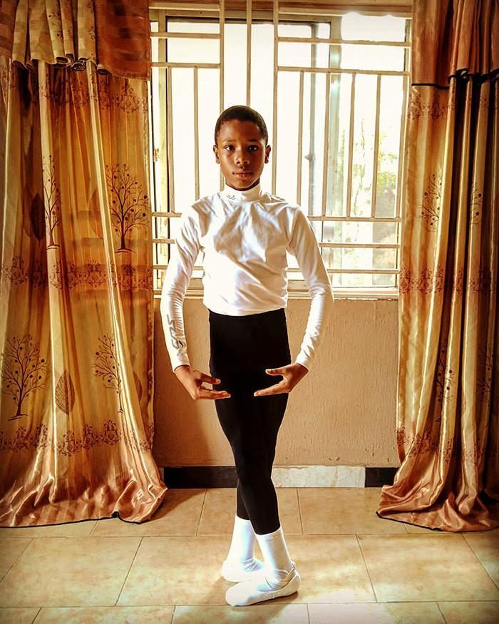 Мальчик из Африки станцевал босиком под дождем и получил стипендию от школы танцев США