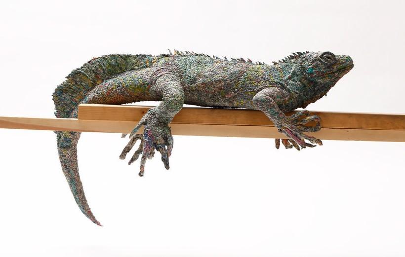 Японская художница делает скульптуры животных из старых газет и тем спасает планету